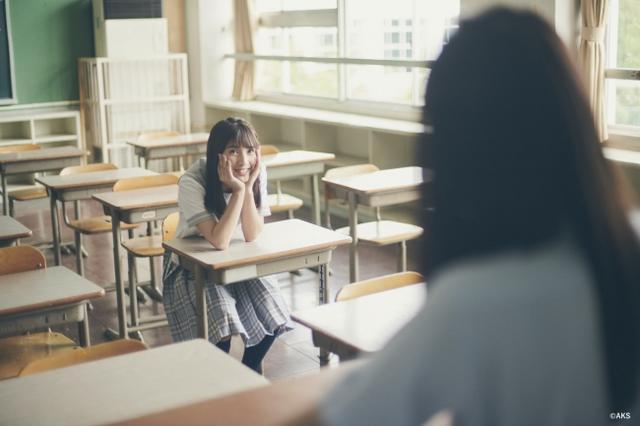 画像: 撮影の合間に突然ホームルームを始める佐藤さん。佐藤さんの見つめる先にいるクラス委員長は??答えはWEBで!!