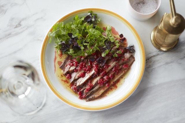 画像: 鴨のジャスミンティースモーク、ラズベリーソース Smoked duck, raspberry vinaigrette and shiso ¥1,500