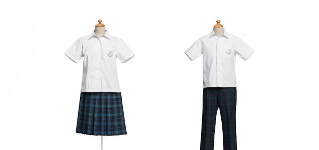画像: ■長崎県立 松浦高等学校(長崎県) 【デザイナーコメント】 街のシンボルである「松浦ブルー」を取り入れたスカートと、その色味をおさえたスラックスをコーディネートの基本としました。涼しげなシャツブラウスを合わせ、アクセントにはグレーを使っています。襟先の切り替えと胸のMの刺繍は、冬服デザインを爽やかな夏服にアレンジしたデザインです。