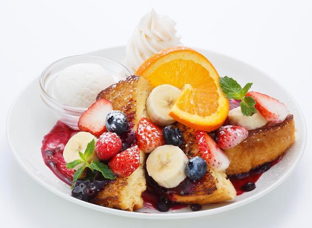 画像: 〇ベリーDX〈Berry DX〉 Ivorish不動の人気No.1。クリームチーズをサンドしたフレンチトーストには、フレッシュないちご・ブルーベリー・ラズベリー・バナナとオレンジスライスをトッピング。甘酸っぱいベリー達とふんわり優しい甘さのフレンチトーストのコンビネーションが最強の一品。 価格:1,500円(税抜)