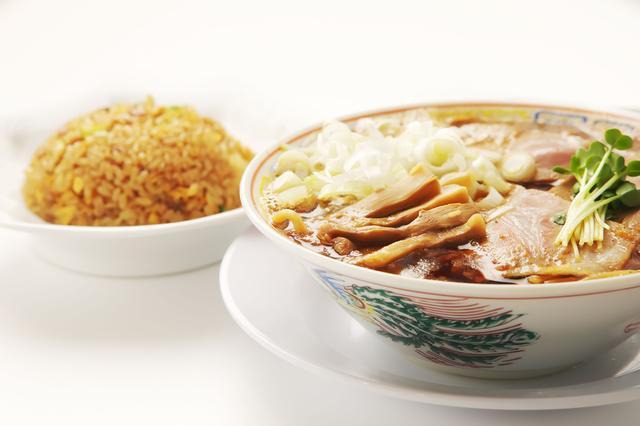 画像: サバ醤油そば+半やきめし 1,000円(税込) サバ6製麺所が誇るサバ醤油ソバは、鶏ガラベースのスープに、甘味のある醤油ベースのタレとサバ節を加えた甘味の中にもサバ節がもたらす魚介の風味漂うスープに、自家製太麺がよく絡んだ一杯です。魚介系スープのラーメンは数多ありますが、サバ節を用いたこれまでにないラーメンで サバとラーメンの魅力と可能性を再発見できる逸品です。