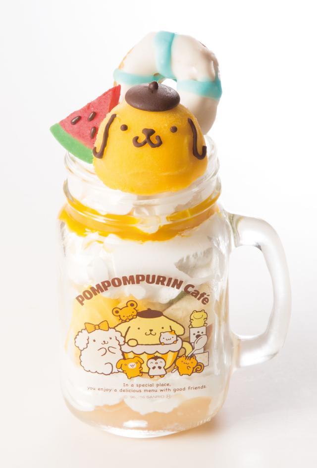 画像: ■夏満喫!トロピカルジャートライフル 990円+税 ピーチジュレ・ホイップクリーム・スポンジケーキ・パインやオレンジなど4種類のフレッシュフルーツを重ねて、ぎゅっとジャーに詰めこんだデザートです。トップにはマンゴーシャーベットのプリンくんがチョコでできたスイカとドーナツの浮き輪を持って夏を満喫しているというコンセプト。 食べ進むごとにいろいろな味が楽しめる、甘さと爽やかさを感じさせる1品です。
