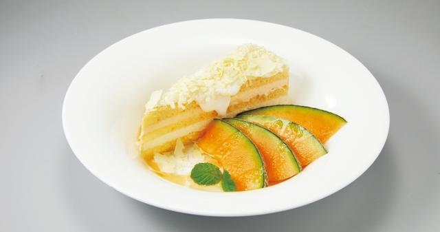 画像: メロンのショートケーキ 549円(税込592円) ホワイトチョコとメロンクリームの優しい甘みがひろがる、ふんわりソフトなショートケーキをフレッシュのメロンと共に味わう一皿です。