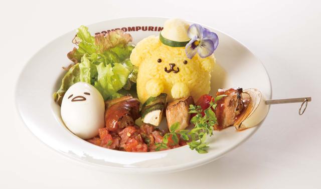"""画像: ■ハワイアンBBQプレート 1,190円+税 お花が付いたズッキーニの帽子をかぶったハワイアンフェイスの""""プリンくん""""とゆで卵になって横たわる""""ぐでたま""""が串焼BBQと一緒にワンプレートになりました。トマトをふんだんに使用したサルサソースをたっぷりかけて豪快に食べる夏メニューです。"""