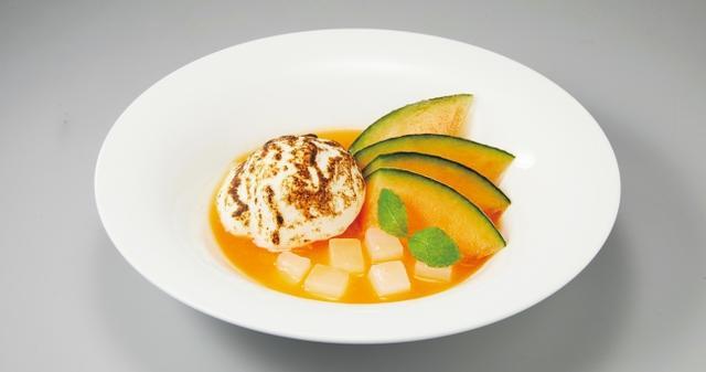 画像: メロンのスープ ネージュ風 599円(税込646円) 香ばしく炙ったふわふわメレンゲの中には爽やかな香りのメロンソルベが。旬のメロンを濃厚なスープに仕立てた、さっぱりスイーツです。