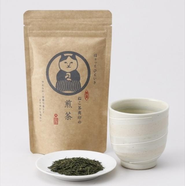 画像: ◯煎茶の特徴 静岡市を流れる安倍川上流の茶産地・玉川地区の浅蒸し煎茶と松野地区のかぶせ茶をブレンドしました。玉川地区のお茶が持つ、柔らかく芳醇な香りとまろやかな味わい、松野地区のかぶせ茶が持つ鮮やかな緑色の水色(お湯の色)と甘みが調和した逸品です。