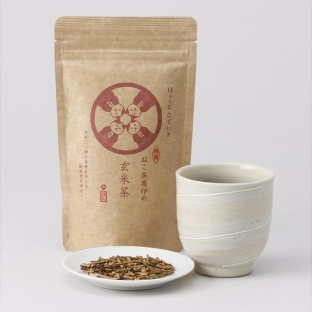 画像: ◯玄米茶の特徴 玄米茶は、国産コシヒカリを使用した香ばしい玄米に静岡市を流れる安倍川上流の茶産地・玉川地区の一番茶の「くき」を焙じた香り豊かなくきほうじ茶と、松野地区の深蒸し茶をブレンドした、今までに無い味わいです。玄米の香ばしい香りをベースに、くきほうじ茶の上品で香ばしい香りを加え、深蒸し茶で味わいに厚みを出しつつも、後味はスッキリと仕上げた、オリジナリティー溢れるブレンドです。