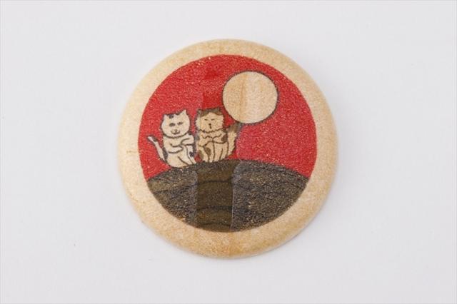 画像: デザインを手掛けたのは、イラストレーターのすぎはらゆり。すぎはらゆりらしい、見ただけでクスッとなるようなシュール可愛いデザインが特徴。花札好きならついつい揃えたくなる「猪鹿蝶」と「月見酒」の組み合わせにも注目!