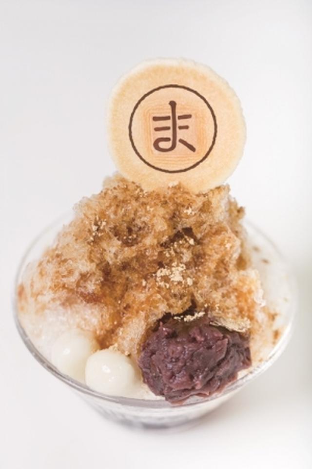 画像: まめもの氷(黒みつきな粉)1,058円(税込) 国産小豆のみで作り上げる質の高い「イマムラ」のあんと、相性抜群の黒みつやきな粉。氷を食べ進めると、中には黒まめのさっぱりとしたジュレも入っていて、食感や風味の変化をお楽しみいただけます。