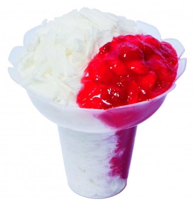 画像: ●コットンスノーキャンディ ストロベリー(561円) ミルク風味の氷をふわふわに削り、果肉入りストロベリーソースをトッピングしました。