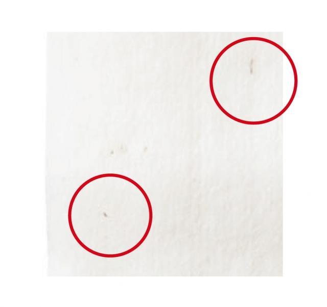 画像: ◆100%オーガニックで、お肌が敏感な方や赤ちゃんにも オーガニックコットンは、3年間農薬・化学肥料を一切使用していない農地で無農薬有機栽培された綿花です。綿の表面あるいは、内部に茶色または黒色の斑点状のものが見えることがありますが、これは綿の実殻で、無漂白・無着色の証拠です。