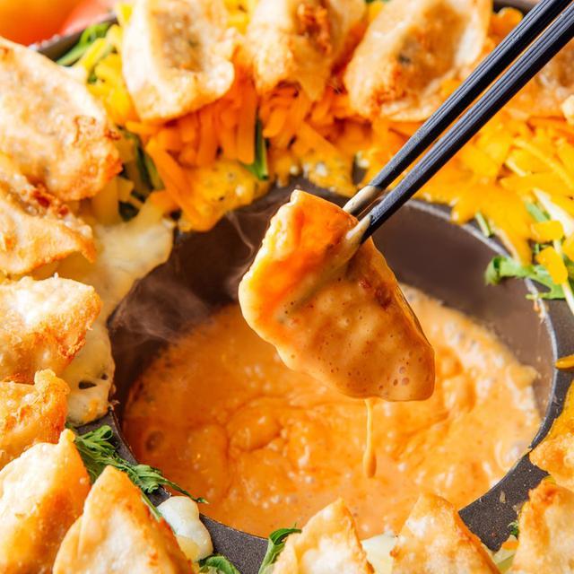 画像: 「旨辛チーズフォンデュ餃子」999円(税別) カリカリの揚げ餃子のサクサクした食感にとろ~り濃厚なピリ辛チーズフォンデュソースがやみつきになる1品。チーズは北海道「花畑牧場」の濃厚チーズを2種類使用しています。