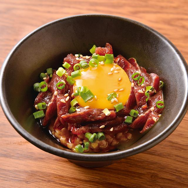 画像: 「馬肉桜納豆」799円(税別) こまかく刻んだ馬肉と納豆を混ぜ合わせ、うずらの卵の黄身をのせたユッケ風の絶品メニュー。