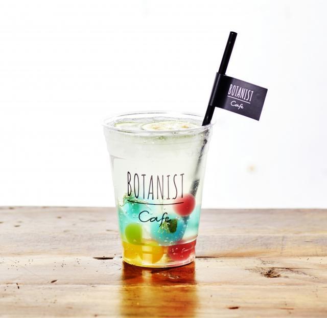 画像: BOTANICAL YUZU GINGER SODA ボタニカル柚子ジンジャーソーダ 800 円(税込) 生姜、オレンジピール、レモンピール、シナモンの自家製の特製シロップを柚子ソーダで割ったすっきりさわやかな夏のフレーバーソーダ。ミントやディルが入ったカラ フルなハーブゼリーボールを浮かせて見た目も楽しい一杯に。