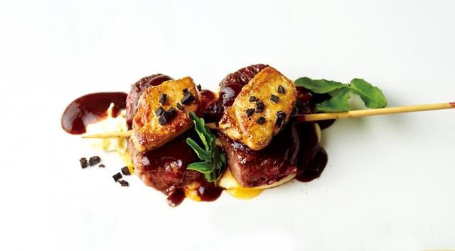 """画像: ・フレンチの一皿""""ロッシーニ""""が串刺し!「フレンチロッシーニ」 ひとくち牛肉に、フォワグラ、トリュフをのせ、赤ワインソースで仕上げた「フレンチロッシーニ」串。"""