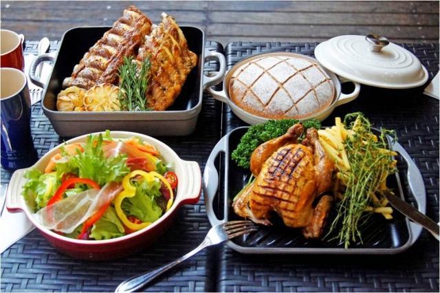 画像: 【パンにぴったりな華やかなお肉料理】 燻製カンパーニュとの相性抜群なお肉料理も、今回のビアガーデンでは楽しめます。生ハムを使用した彩豊かで新鮮なサラダの他、低温調理で柔らかく仕上げたバックリブのコンフィに、ジューシーにこんがり焼き上げた丸鶏のローストをご用意。ル・クルーゼの鋳物ホーローウェアの特長を活かした調理で仕上げたお肉料理をメゾンカイザーのパンと一緒にご賞味ください。