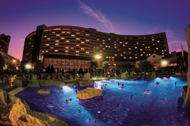"""画像1: プールで楽しくリゾートの夜を!お酒と音楽が同時に楽しめる""""非日常な空間""""「ナイトプール」がオープン!"""