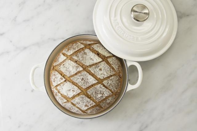 画像: 【ル・クルーゼ鍋で焼いた「燻製カンパーニュ」】 メゾンカイザーでもお馴染みの食べ応えのあるカンパーニュ生地に、香り高い燻製オイルを練り込み、フタ付きのル・クルーゼ鍋でしっかりと焼き上げたビアガーデン限定のハードパンです。ル・クルーゼ鍋を使用することで実現した、中に薫製の香りと水分を保持したままモチモチでしっとりした食感と見た目も豪華なオリジナルパンをぜひお楽しみください。