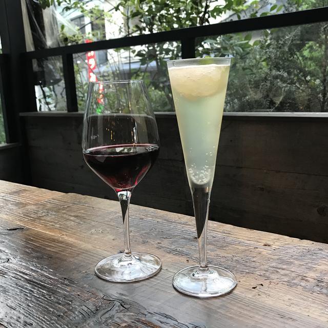画像: 左: ノンアルコール赤ワイン(メルロ)500円 右:シチリア産レモンシャーベットのスパーク リング700円