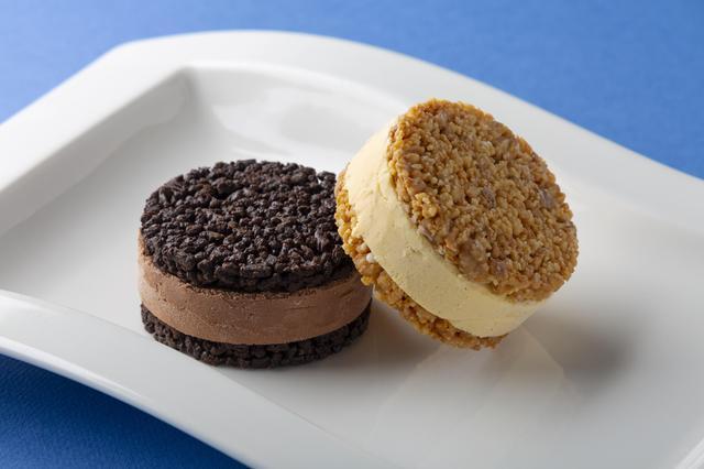 画像: クッキー サンド ショコラ 価格: 400円(税込 432円)・写真左 ビター チョコレートをからめた食べ応えのあるクッキーで、フランス産チョコレートを使用したカカオの風味がしっかりと感じられるショコラ アイスをサンドしました。 クッキー サンド バニラ 価格: 400円(税込 432円)・写真右 ホワイト チョコレートをからめた食べ応えのあるクッキーで、軽い風味のバニラ アイスをサンドしました。