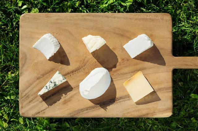 画像: 使用しているチーズの特徴 <上段> 左:フレッシュチーズ:ヨーグルトのような酸味(3品目) 中:フレッシュチーズ:こってりした味わい(5品目) 右:フレッシュチーズ:ふわりと軽い食感    (5品目) <下段> 左:ブルーチーズ:刺激的な風味、塩味が強め(2品目) 中:フレッシュチーズ:癖がなく軽い口当たり(1品目) 右:ハードチーズ:ナッツのような香ばしさ(4品目)