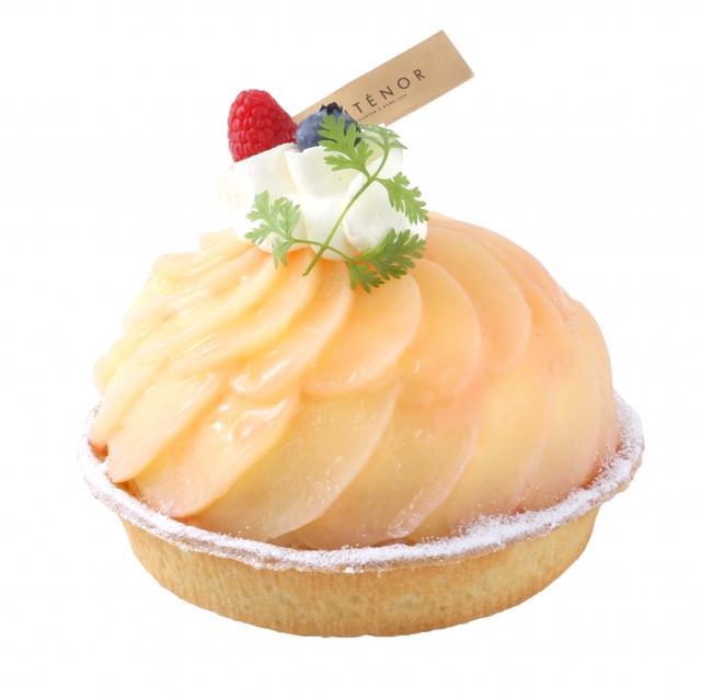 画像: 桃のタルト カスタードクリームを焼き込んだ香ばしいタルトに、爽やかな桃のクリーム、スポンジケーキ、桃のソースを重ね、白桃を飾りました。夏に嬉しいあっさりとした甘さに仕上げます。 販売価格:¥2,160(税込) 直径13cm ¥3,240(税込) 直径16cm