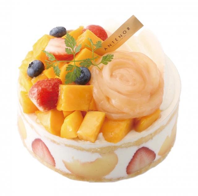 画像: マンゴーと白桃のデコレーション 旬のマンゴーと花にみたてた白桃を飾った夏限定の華やかなデコレーションケーキ。ミルク感豊かなクリーム、苺、白桃を、しっとり焼き上げたスポンジケーキにサンドしました。大切な記念日におすすめです。 販売価格:¥3,132(税込) 直径11.5cm ¥4,212(税込) 直径14.5cm *お渡し日の4 日前までに、ご予約にて承ります