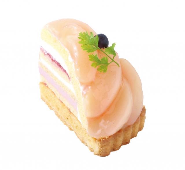 画像: 桃のトルテ 香ばしいアーモンドタルトに爽やかな桃のムースと桃のコンフィチュール、スポンジ、クリームを細かな層で重ね、みずみずしい白桃を贅沢に飾りました。香ばしさとさわやかさが楽しめる満足感たっぷりな一品です。 販売価格:¥692( 税込)