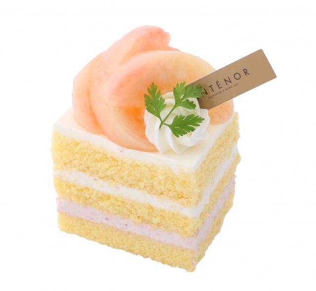 画像: フレッシュ桃のショートケーキ フルーティーな桃のピューレ入りクリームをサンドしたしっとりソフトなスポンジケーキに、みずみずしい果汁の桃を贅沢にのせました。 北海道産生クリームを2種類ブレンドした口どけのよいクリームがフレッシュな白桃をひきたてます。 販売価格:¥702( 税込)