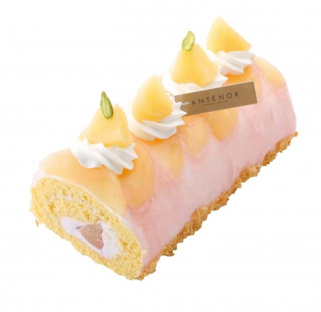 画像: 白桃ロール 桃のピューレを合わせた爽やかなクリームと白桃をしっとりスポンジで包みました。ジューシーな白桃とクリーム、スポンジの美味しさがとけあいます。 夏のお手土産にもぴったり。 販売価格:¥1,782(税込)