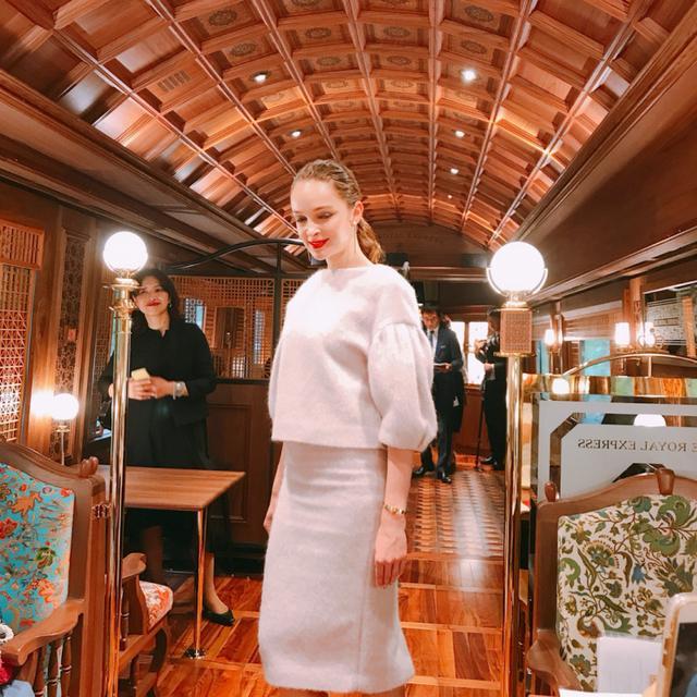 画像: 列車内がランウェイに!