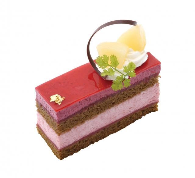 画像: 桃とカシスのケーキ 桃が香る口どけのよいムースにキリッとした酸味のカシスムース、香り高いアールグレイ紅茶のスポンジを重ねたケーキ。甘酸っぱい酸味と一緒に、紅茶とフルーツの香りのハーモニーが広がります。 販売価格:¥605(税込)