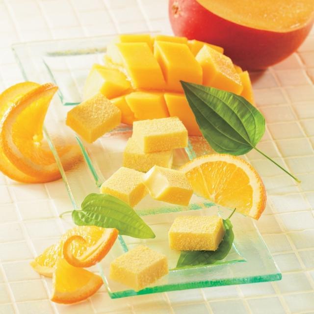 画像: 華やかに広がる、フルーティなおいしさ 商品名:生チョコレート[オレンジ&マンゴー] 内容量:20粒 価   格:760円(本体価格) 商品紹介: 甘酸っぱくさわやかなオレンジの風味と、深みのあるマンゴーの味わいがホワイトチョコレートととけ合います。華やかに香り立ち、ひと口でリゾート気分になれる、フルーティなおいしさをお楽しみください。 www.royce.com