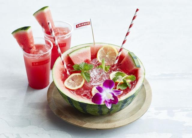 画像: ウォーターメロン フレッシュパーティーカクテル パーティーボール 4,000円(4~5杯分) グラス 900円 味もビジュアルも丸ごとスイカ!スイカの果汁をふんだんに使用したジューシーなカクテルは、夏のパーティータイムをさらに盛り上げます。