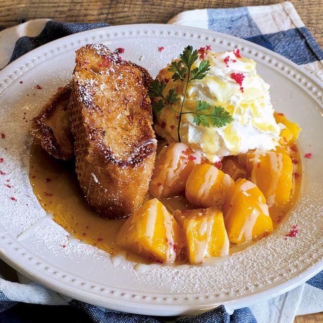 画像: 自慢のフレンチトーストにマンゴーとバニラアイス、ふわっふわのホイップクリームを添えました。甘酸っぱいパッションフルーツソースを絡めてお召し上がりください!