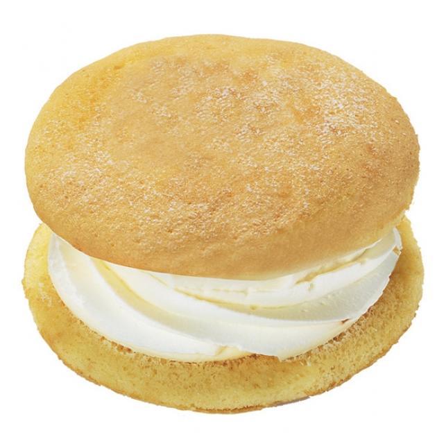 画像: ふんわりクリームサンドカスタード&ホイップ 本体価格100円(税込108円) ミルク感のあるカスタードクリームと、北海道産生クリームを使用したホイップクリームを ふんわりとした生地でサンドしました。夏でも食べやすい口どけの良い生地、クリームに 仕立てました。