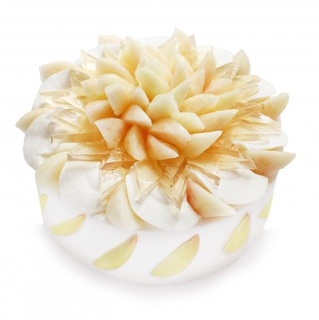 画像: 桃とエルダーフラワーゼリーのショートケーキ 濃厚な甘みの桃を、ふわふわのスポンジと滑らかな生クリームに合わせています。爽やかな香りのエルダーフラワーゼリーと合わせた上品な味わいが楽しめます。