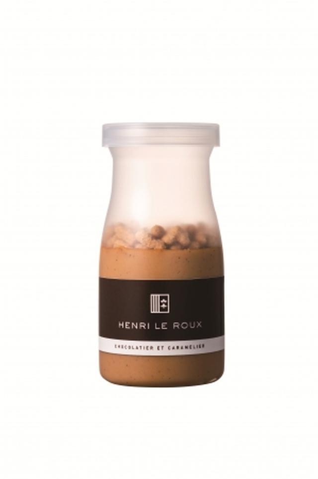 画像: クレーム・プラリネ エピス 【期間限定】 7月4日(水)~8月31日(金)予定 ■口いっぱいに広がる香ばしさ アーモンド、ヘーゼルナッツのプラリネをベースにヴァニラで香り付けしたクレームは、ナッツ好きにはたまらない、香ばしくコクの深い味わいです。 ■風味豊かなスパイスがアクセントのクッキー 6種類のスパイス(エピス)とレモンの皮(ゼスト)を使用したヘーゼルナッツとアーモンドのクッキー(シュトロイゼル)で、ほろほろとした食感が特徴です。 ※6種のスパイス:シナモン、カルダモン、ナツメグ、スターアニス、ジンジャー、クローブ ■2つの素材の違いを楽しめる逸品 口の中に広がる香りと食感の変化が同時に楽しめる、ふくよかで味わい深い一品です。