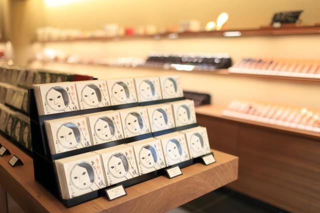 画像: よーじやを代表する「あぶらとり紙」が店内中心に