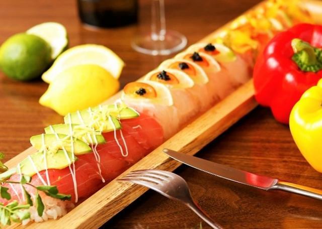 画像: ◎『魚』のイタリアンロング寿司 ・鮪×アボカドスライス×マヨネーズ×レモンピューレ ・鯛×ライムスライス×プチトマトスライス×キャビア ・サーモン×レモンスライス×パプリカスライス×ジェノバソース の三種の鮮魚寿司が連なっております。