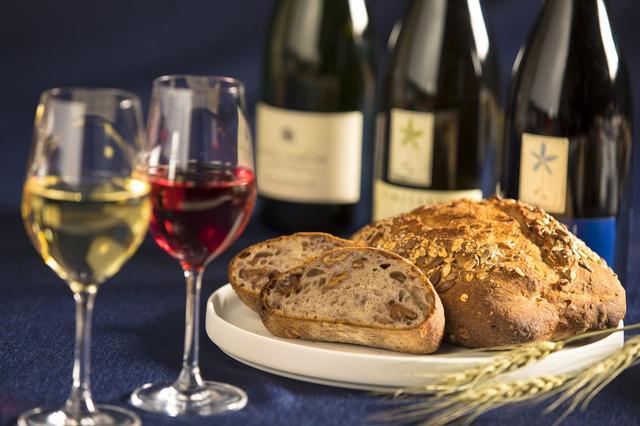 画像: 北海道のワインとパンを合わせてマリアージュを楽しむ