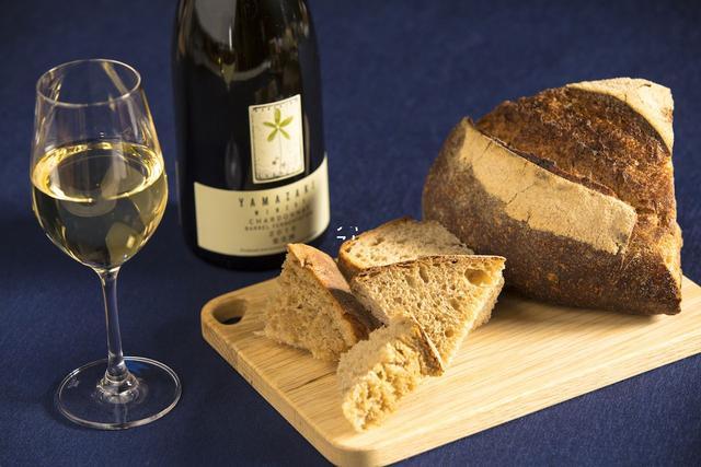 画像: カンパーニュ×シャルドネ(山崎ワイナリー) 硬めの食感であるカンパーニュは、オリーブオイルを少量つけることで風味が増します。このパンに、滑らかな果実味とみずみずしい余韻のあるシャルドネを合わせることで、香ばしい香りをより豊かに楽しむことができます。