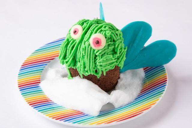 画像: ⑤宇宙ケーキ・チョコミンチョウ ¥600 チョコミントのロールケーキとチョコミントアイスクリームの上にチョコミントクリームをたっぷりかけたモンスター型デザート。チョコレートの羽を添えて。白い雲に見立てた綿あめも一緒に召し上がれ♪