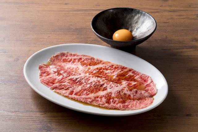 画像: ザブトンのすき焼き 2,000円(税抜)薄切りのザブトンをサッと炙って濃厚な滋養卵で…