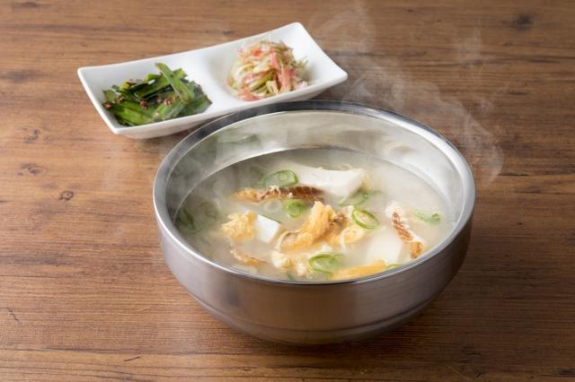画像: 名物!干しダラのスープ 800円(税抜)韓国発祥のUSHIDOKIオリジナルスープ。酔いさましに良いカラダにうれしいスープです
