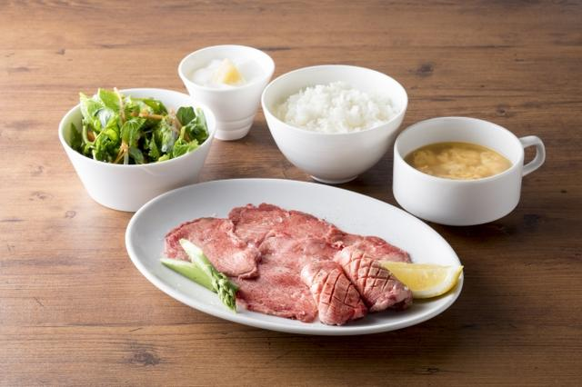画像: 極み牛タンセット¥1,680(税抜)厚切りタンと薄切りタンの牛タン盛り合わせ。