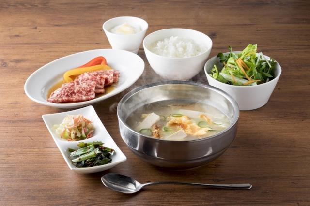 画像: 名物!干しダラのスープセット 1,580円(税抜) USHIDOKI名物の干しダラのスープと国産カルビがセットになった美食ランチです。