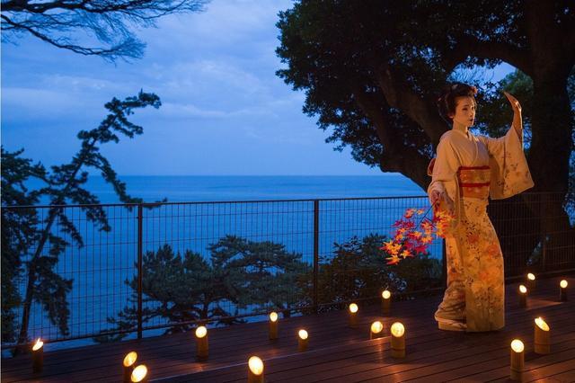 画像: 熱海芸妓 月夜の舞 満月前後の晴れた月夜には、ご当地楽「熱海芸妓の舞」を青海テラスにて開催します。夜空に昇る月と相模湾に映るムーンロードという絶景のもとで、雅な芸妓の舞を鑑賞することができ、優雅で幻想的なひとときを過ごせます。 ■期間:2018年9月10日~11月30日 ■場所:青海テラス *天候により変更あり ■時間:21:30~22:00 ■料金:無料 ■予約:不要