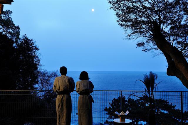 画像: 月待ちテラス 湯上り処の青海テラスでは、夕方の「宵の口まで」と夜の「宵っ張り」の2つの時間で異なる和菓子を提供します。芋名月、栗名月という名月の別称にちなんだ和菓子とともに月待ちと月の出を楽しめます。
