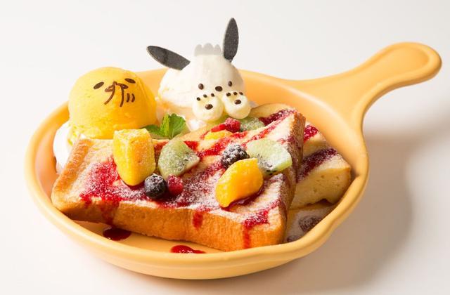 """画像: ぐでたまとポチャッコのベリーベリーなフレンチトースト 1,100円+税 しっとり・ふんわり触感の厚切りフレンチトーストに色鮮やかなフルーツとベリーソースをトッピング。 マシュマロの肉球を付けたバニラアイスの""""ポチャッコ""""とマンゴーアイスの""""ぐでたま""""と一緒に食べると更にいろいろな味が楽しめる、見た目もお腹も満足できるメニューです。"""